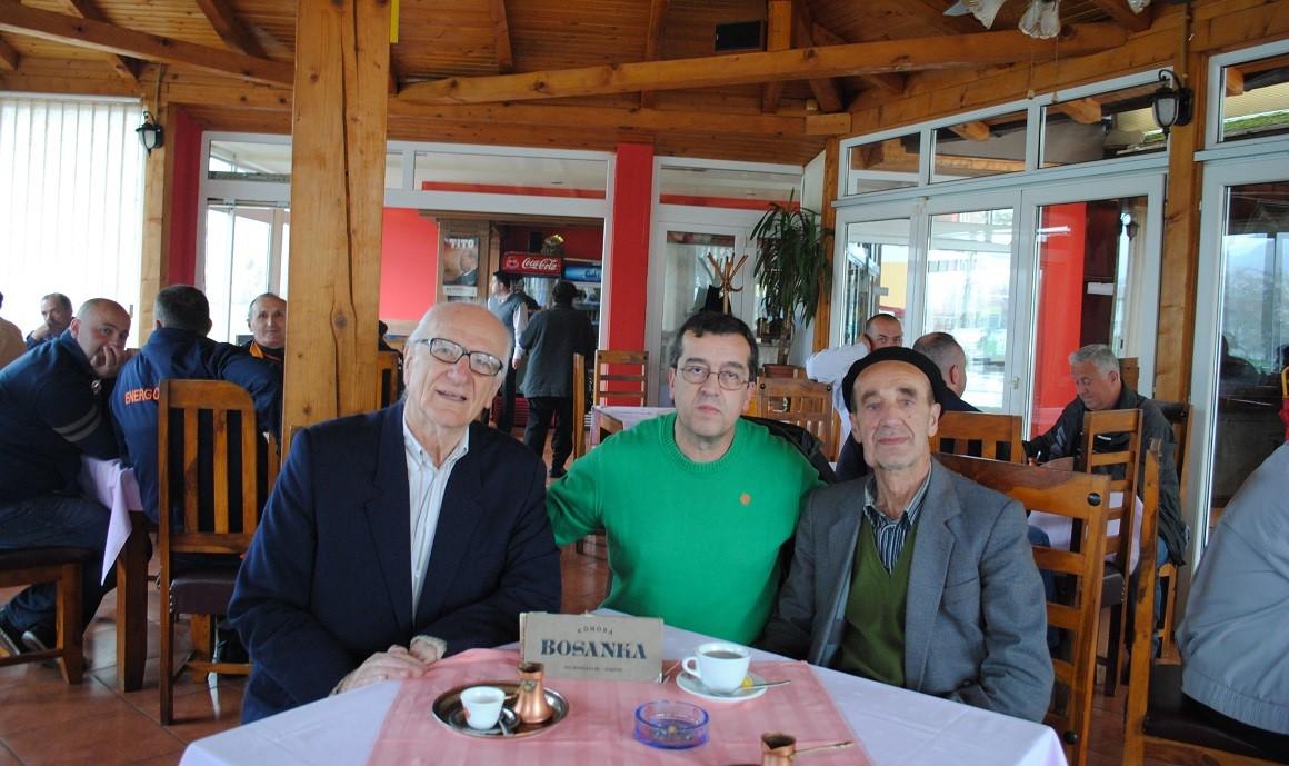 """Autor Crnovršanin sa Rašidom Sijerčićem i Nezirom Čelikom u restoranu """"Bosanka"""" pored Drinskog mosta 24. marta 2014. godine"""