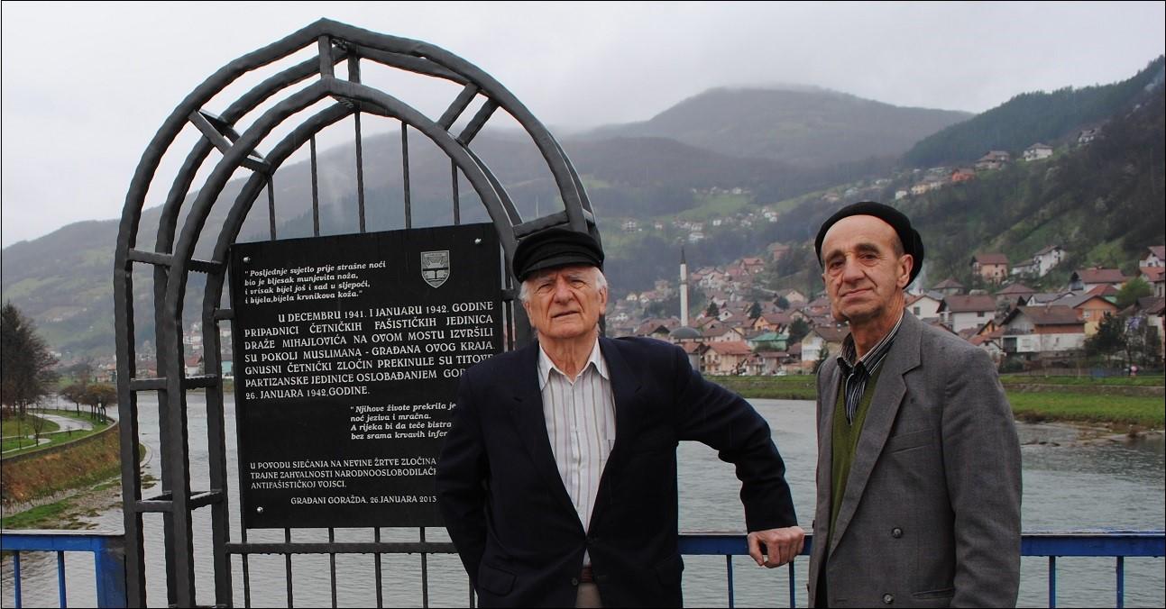 Rašid Sijerčić i Nezir Čelik pored spomen obilježja na četničke zločine u Drugom svjetskom ratu